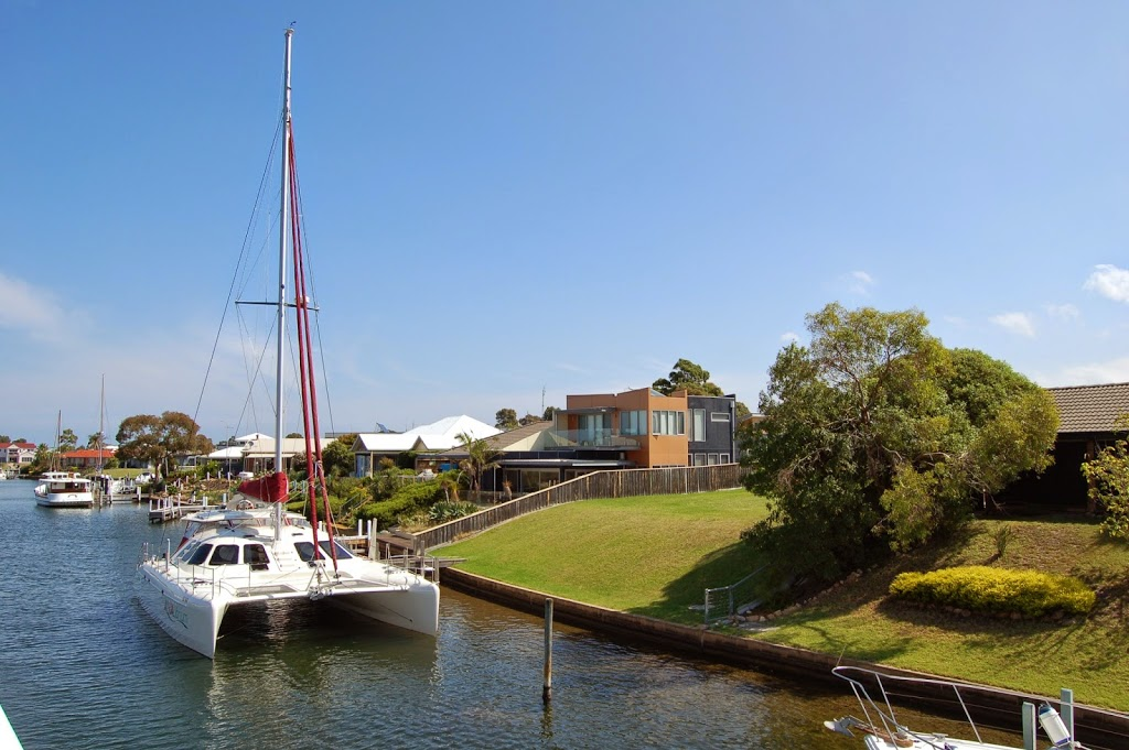 The houses and cars at Lakes Entrance
